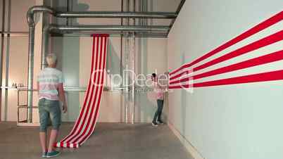 Pärchen spannt rot weiß gestreiftes Papier