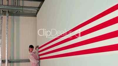 Junge Frau spannt ein rot weiß gestreiftes Banner