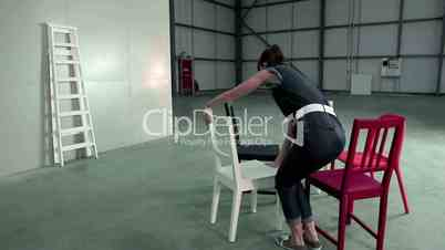 Junge Frau stellt Stühle auf