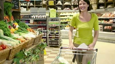 Familieneinkauf im Supermarkt