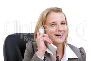 Junge Frau lächelnd am Telefon