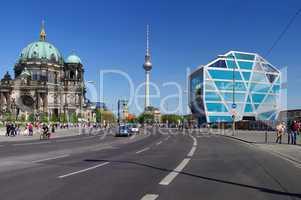 Berliner Dom Fernsehturm und  Humboldtbox in Berlin Mitte
