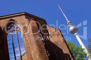 Nostalgie und Moderne Fernsehturm mit Ruine des grauen Klosters in Berlin