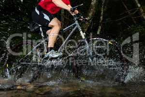 Mountainbiker im Wasser