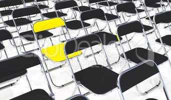 Gelber Klappstuhl in der Mitte