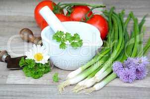 Kräuter Schnittlauch Zwiebeln und Tomaten