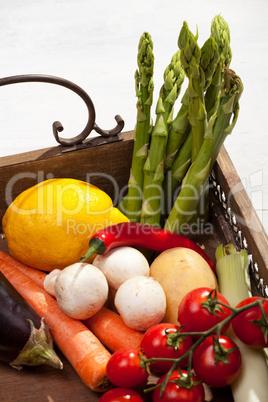 Gemüse auf einem hölzernen Tablett