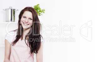 glückliche lachende junge frau in der küche