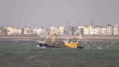 Fischerboot auf stürmischer See