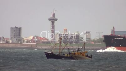 Krabbenkutter und Tankschiff auf der Nordsee