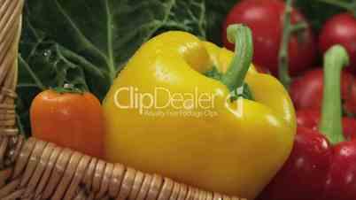 Gemüsekorb mit Paprika, Möhren und Kohl