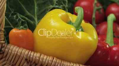 Gemüsekorb mit Paprika, Tomaten, Karotten und Kohl