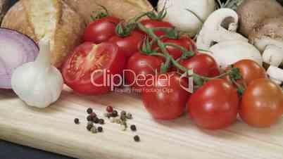 Aufsicht eines Gemüsekorbs mit Bewegung auf eine Vesperplatte