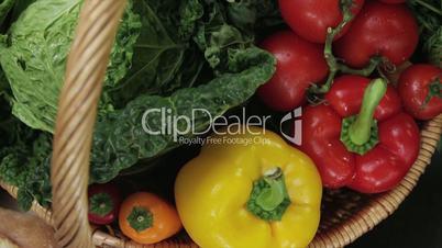 Kamerafahrt von einem Gemüsekorb auf eine Vesperplatte