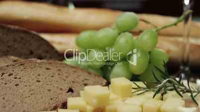 Rotwein und Käseplatte mit Trauben