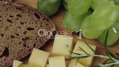 Käsewürfel mit Trauben und Rosmarin