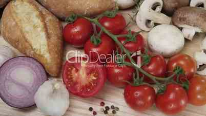 Küchengemüse und verschiedene Brotsorten