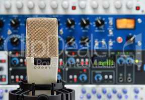 Studiomikrofon vor Audiogeräten