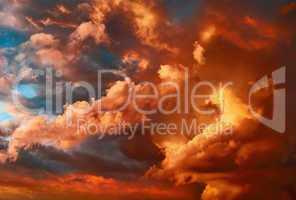 Dramatischer Himmel mit rot gefärbten Wolken