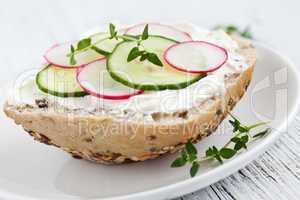 Brötchen mit Gemüse / bun with cucumber and radish