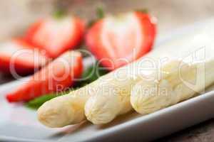 weißer Spargel und Erdbeeren