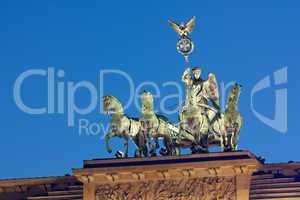 Quadriga auf dem Brandenburger Tor in Berlin bei Nacht