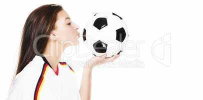 schöne junge frau küsst fußball