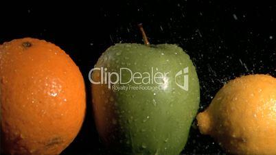 Wassertropfen auf Obst in Zeitlupe