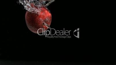 Apfel fällt ins Wasser