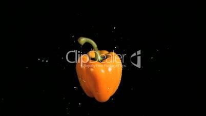 Fliegende Paprika in Zeitlupe
