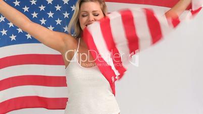 Frau mit Flagge der USA