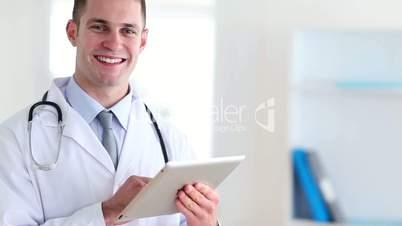 Arzt mit iPad