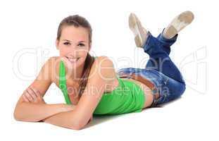 Attraktive junge Frau liegt auf dem Boden