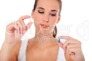 Attraktive junge Frau prüft Medikamente
