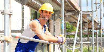 Lächelnder Bauarbeiter auf Baustelle