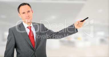 Attraktiver Geschäftsmann präsentiert etwas
