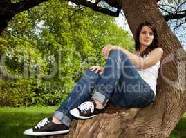 Frau sitzt auf Baumstumpf