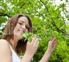 Attraktives Mädchen genießt die Natur