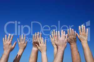 Hände ragen zum Himmel