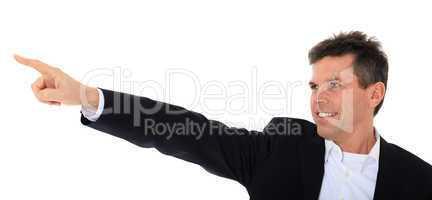 Attraktiver Mann zeigt mit dem Finger