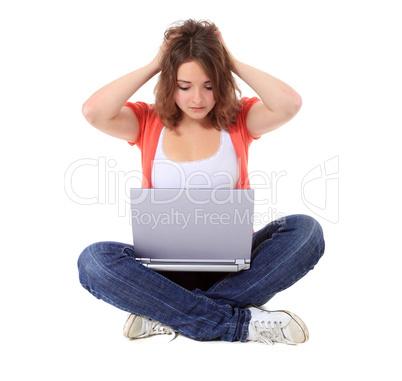 Junge Frau hat ein Problem mit ihrem Computer