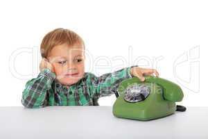 Kleiner Junge greift nach Telefon