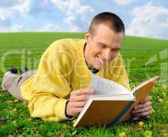 Vergnügtes Lesen auf der Wiese