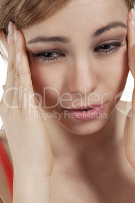 junge blonde frau leidet an kopfschmerzen