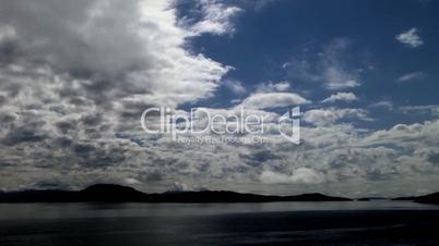 Ziehende Wolken vor Küste
