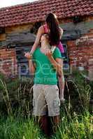 junges verliebtes paar fröhlich im sommer auf einer wiese