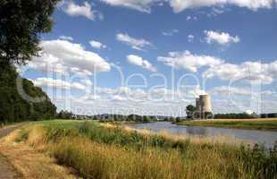 Das AKW Grohnde an der Weser