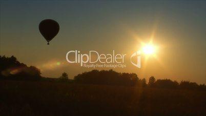 10713 hot air balloon up in sundown