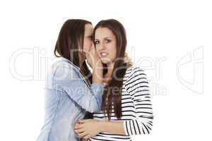 teenager flüstert ihrer freundin ins ohr