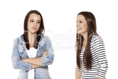 mädchen lacht ihre freundin aus